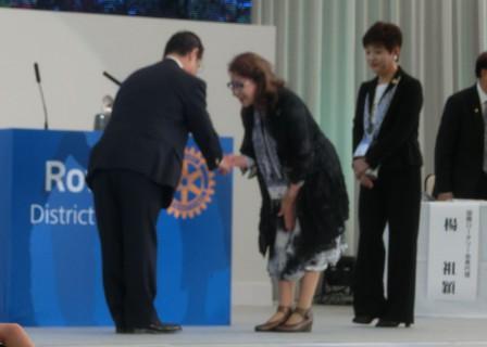 ガバナーと会長の握手